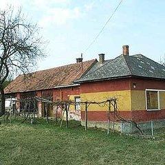 Kálócfa: Hof in leichter Hanglage. Ortsrand.