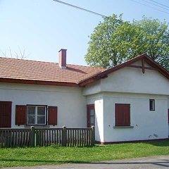 Alsóújlak: Romantischer alter Bahnhof in einem kleinem Dorf
