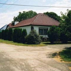 Vág: Lichtdurchflutetes Landhaus mit Nebengebäuden